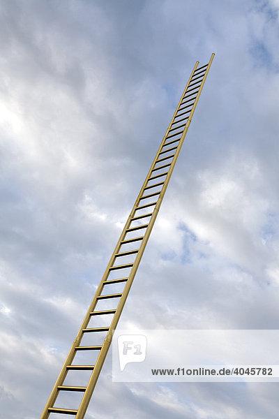 Goldene Leiter ragt in bewölkten Himmel  Duisburg  Nordrhein-Westfalen  Deutschland  Europa Goldene Leiter ragt in bewölkten Himmel, Duisburg, Nordrhein-Westfalen, Deutschland, Europa