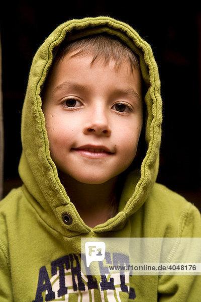 Kleiner Junge in grünem Kapuzenshirt
