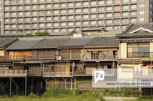 Traditionelle japanische h user vor einem hochhaus for Traditionelle japanische architektur