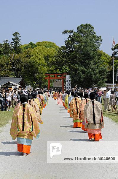 Hofdamen aus dem Hofstaat der Saio dai in Kimonos und Haartracht der Heian-Periode im Kamigamo Schrein in Kyoto  Japan  Asien