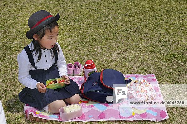 Schülerin in Schuluniform einer Eliteschule bei der Mittagspause  Botanischer Garten in Kyoto  Japan  Asien
