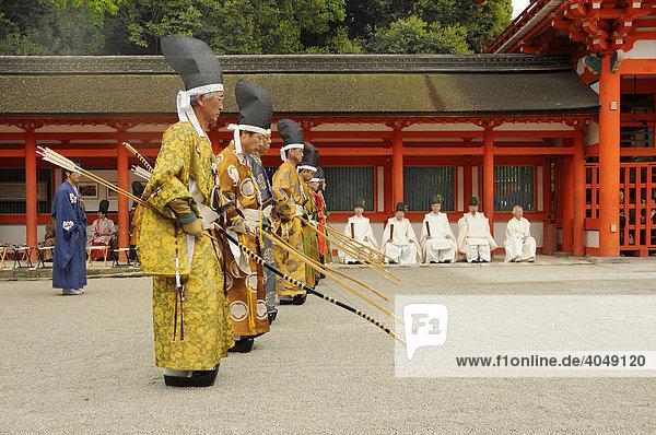 Bogenschützen beim rituellen Bogenschießen stehen an der Schussposition im Shimogamo Schrein  Kyoto  Japan  Asien