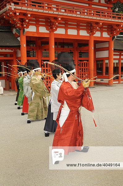 Bogenschützen beim Schussritual  rituelles Bogenschießen im Shimogamo Schrein  Kyoto  Japan  Asien
