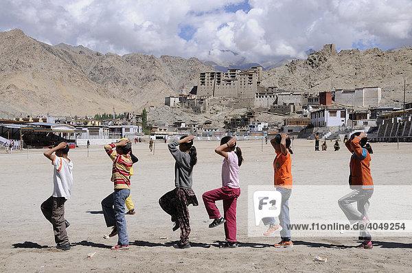Ladakhihschüler trainieren das Marschieren nach indischer Schultradition vor dem Palast in Leh  Ladakh  Nordindien  Himalaya  Asien