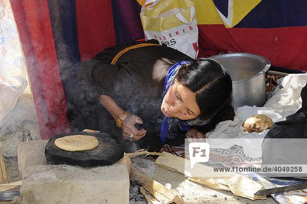 Ladakhifrau beim Backen von Fladenbrot  Chabati  Leh  Ladakh  Nordindien  Himalaya  Asien