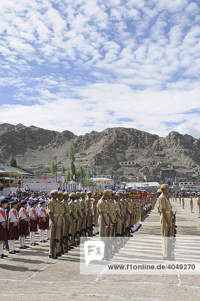 Indische Soldaten aus dem Basislager  Kaschmirkonflikt  bei einer Parade am Unabhängigkeitstag  15. Sep.  auf dem ehemaligen Poloplatz in Leh