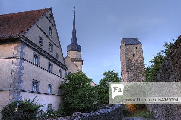 Amtshaus  Pfarrkirche und Stadtmauer in Fladungen  Rhön  Unterfranken  Bayern  Deutschland  Europa