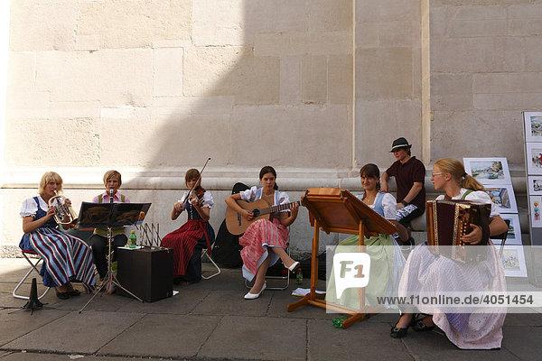Junge Musikerinnen in Dirndl vor Domplatz  Stadt Salzburg  Österreich  Europa