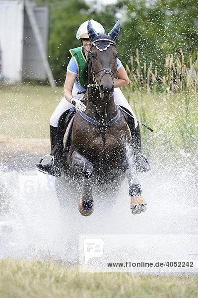 Pferd galoppiert durch Wasser  Vielseitigkeit  Military  Turnier Großkayna  Sachsen-Anhalt  Deutschland  Europa