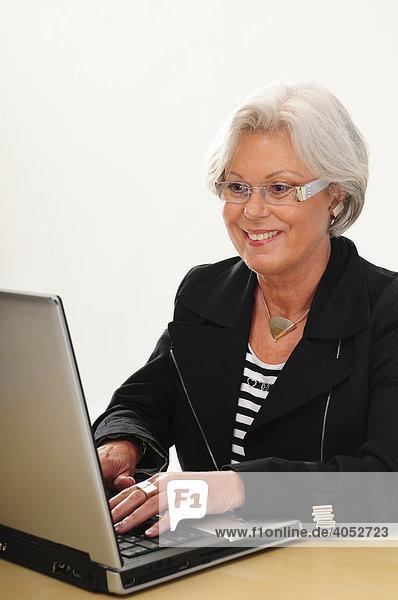 60 Brille Und Laptop Iblmjo00872613 Mit Grauen Haaren Seniorin