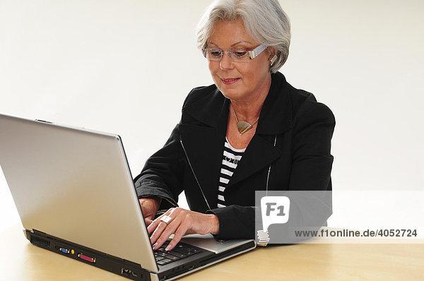60 Brille Und Laptop Iblmjo00872615 Mit Grauen Haaren Seniorin