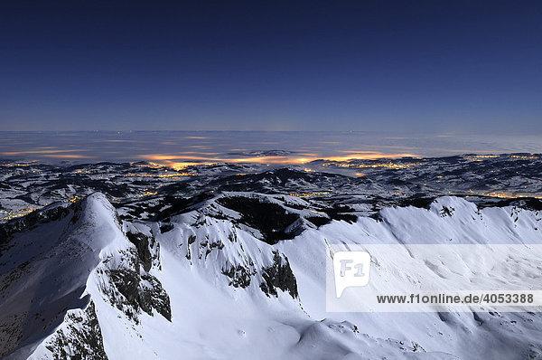 Blick auf das Alpsteingebirge während einer Vollmondnacht  dahinter das Appenzellerland  Kanton Appenzell Innerrhoden  Schweiz  Europa