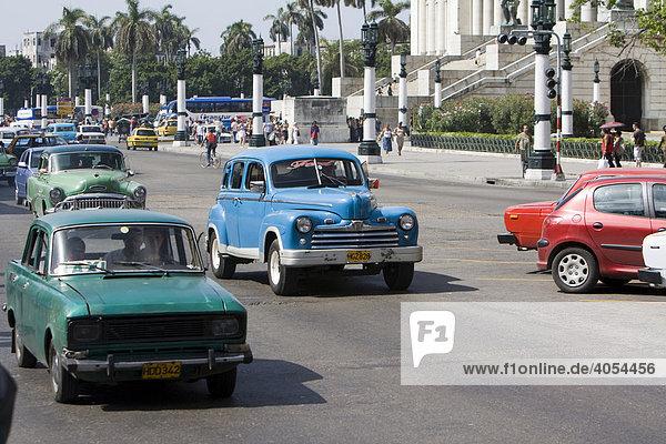 Verkehr mit alten Autos  Havanna  Kuba  Cuba  Karibik