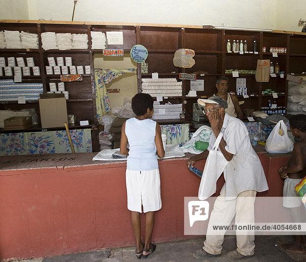 Kubaner in einem Geschäft für Lebensmittel  die auf Essenskarten an die Kubaner verteilt werden  Trinidad  Provinz Sancti-Spíritus  Kuba  Cuba  Lateinamerika  Amerika
