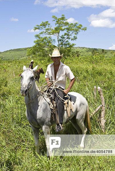 Stolzer kubanischer Reiter auf seinem Pferd  Kuba  Cuba  Lateinamerika  Amerika