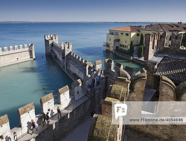 Hafen und Altstadt an der Scaligerburg,  Castello Scaligero,  Ortschaft Sirmione,  Gardasee,  Lago di Garda,  Lombardei,  Italien,  Europa