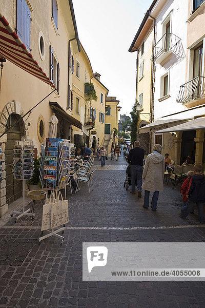 Belebte Gassen in der Altstadt in der Ortschaft Torri del Bénaco  Lombardei  Italien  Europa