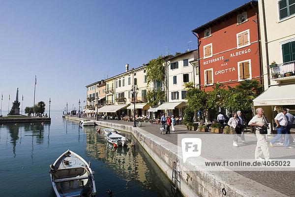 Houses along the Via Fontana and boats in the harbour  Lazise  Lake Garda  Lago di Garda  Lombardy  Italy  Europe
