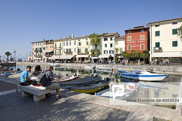 Boote im Hafen entlang der Via Fontana  Lazise  Gardasee  Lago di Garda  Lombardei  Italien  Europa