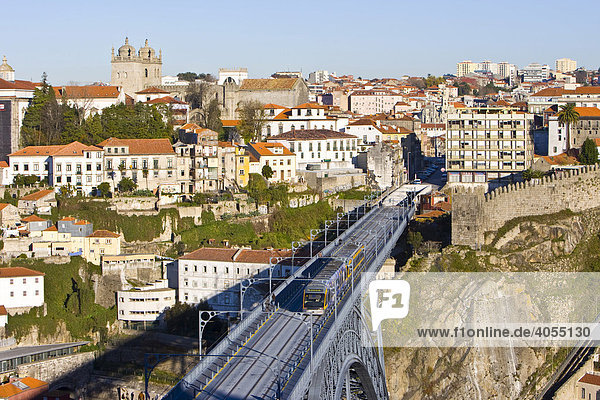 Train on the Ponte de Dom Luis I Bridge  on its way from Porto to the Vila Nova de Gaia quarter  Porto  Portugal  Europe
