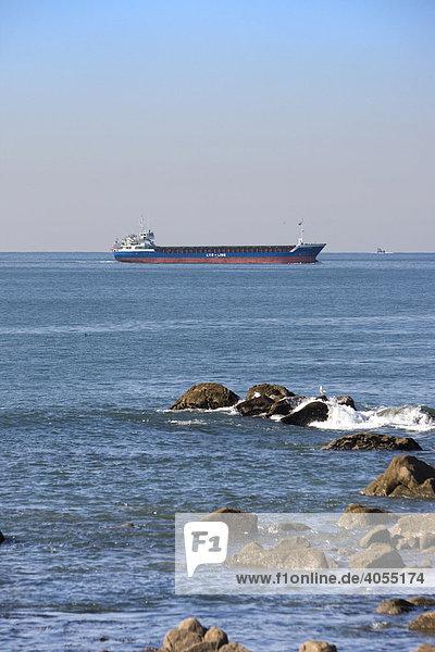 Ein Frachtschiff fährt in den Hafen von Porto  UNESCO Weltkulturerbe  Portugal  Europa