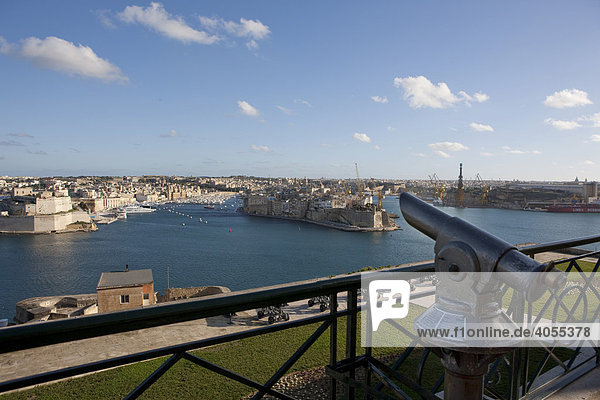 Grand Harbour  view of Senglea and Fort St Angelo from the Upper Barracca Garden  part of the Three Cities  Valletta  Malta  Europe