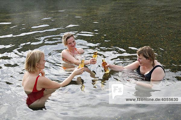 Drei Isländerinnen mit Bier in der warmen Quelle  hot pool  von Landmannalaugar  Island  Europa