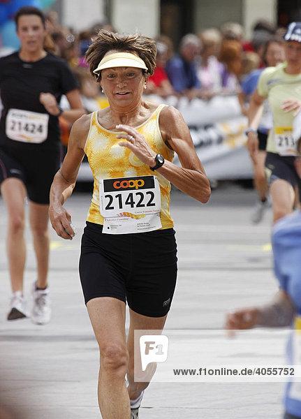 Die Gründerin und ehemalige Präsidentin des Schweizer Frauenlaufs Verena Weibel im Zieleinlauf  Schweizer Frauenlauf  1. Juni 2008  Bern  Schweiz  Europa