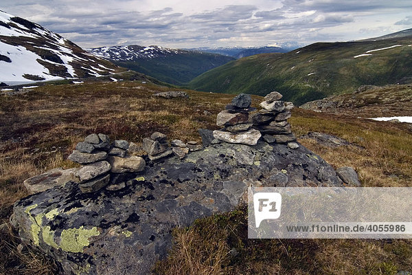 Steinmännchen auf einem Berggipfel  Skei  Sogn og Fjordane  Norwegen  Skandinavien  Europa