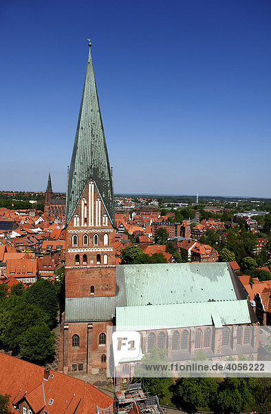 Blick vom Wasserturm auf die Johanniskirche  Lüneburg  Niedersachsen  Deutschland  Europa
