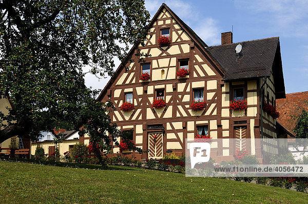 Fränkisches Fachwerkhaus mit Garten  Großbellhofen  Mittelfranken  Bayern  Deutschland  Europa