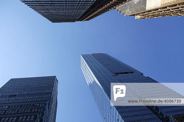 Wolkenkratzer gegen blauen Himmel  New York City  USA