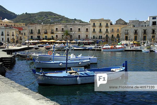 Kleine Fischerboote  Häuser am Hafen Marina Corta in Lipari-Stadt auf der Insel Lipari  Äolische oder Liparische Inseln  Tyrrhenisches Meer  Süditalien  Italien  Europa