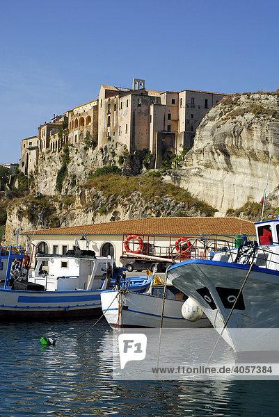 Mittelalterliche Stadtpaläste  Palazzi  auf Felsen an der Steilküste  Boote im Hafen  Marina del Vescovado  Porto di Tropea  Vibo Valentia  Kalabrien  Tyrrhenisches Meer  Süditalien  Italien  Europa