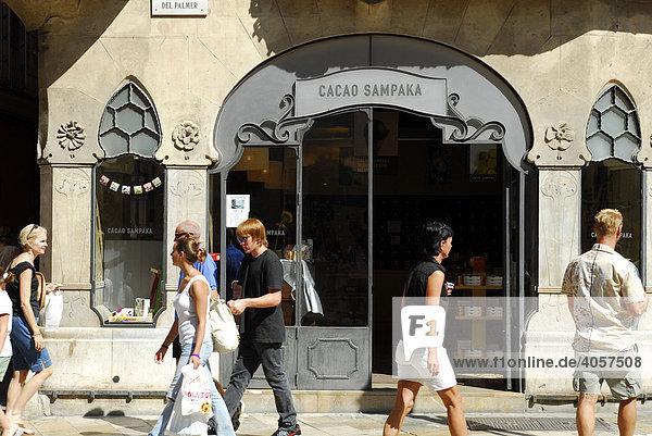 Can Forteza Rey Haus aus ca. 1909  Eingang von einem kleinen Geschäft mit Produkten auf Kakao-Basis  Cacao Sampaka  Fassade enthält Jugendstil Elemente  Placa  Plaza del Marques de Palmer  Palma de Mallorca  Mallorca  Balearen  Spanien  Europa