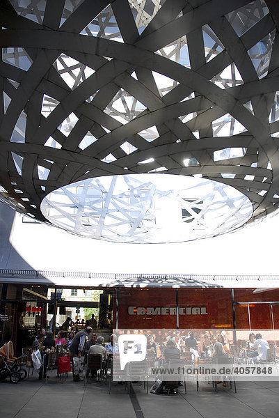 Fünf Höfe  moderne Architektur mit exklusiven Laden- und Kunstpassagen  kugelförmige Installation  Skulptur als Kunstobjekt  dahinter Bar Cafe Terrasse Comercial  Innenstadt  München  Oberbayern  Bayern  Deutschland  Europa