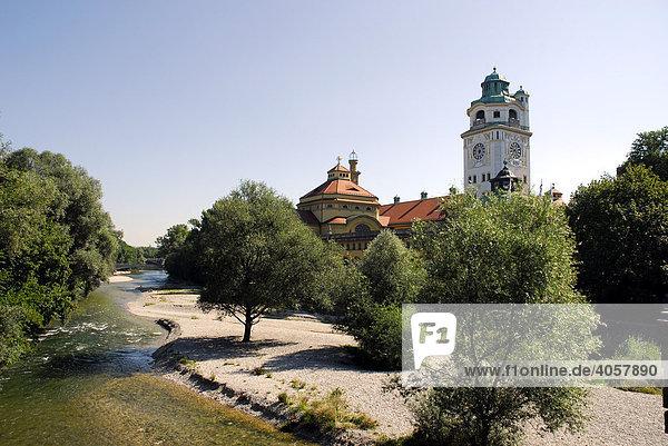 Isar von der Ludwigsbrücke aus gesehen  Müllersches Volksbad  München  Oberbayern  Bayern  Deutschland  Europa