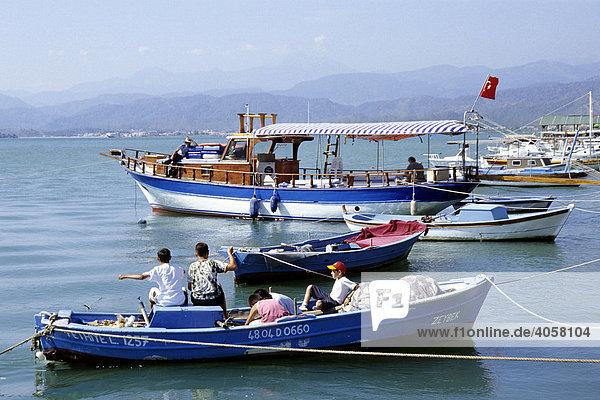 Fischerei  Kinder auf einem Fischerboot im Hafen von Fethiye  Provinz Mugla  Mittelmeer  Türkei