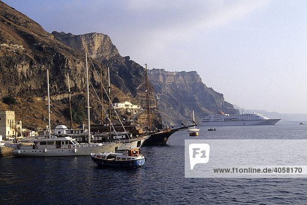 Mesa Gialos  der Hafen der Hauptstadt Fira  am Kraterrand des Vulkans  Insel Santorin  Santorini oder Thira  Kykladen  Ägäis  Mittelmeer  Griechenland  Europa
