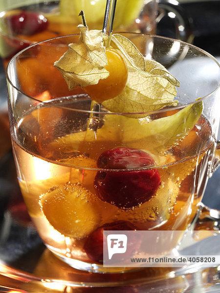 Kirsch Physalis Bowle mit Karambole im Glas - Rezeptdatei vorhanden Kirsch Physalis Bowle mit Karambole im Glas - Rezeptdatei vorhanden