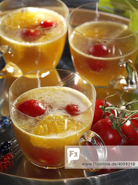 Tomaten Orangen Bowle mit Weizenbier in Gläsern - Rezeptdatei vorhanden Tomaten Orangen Bowle mit Weizenbier in Gläsern - Rezeptdatei vorhanden