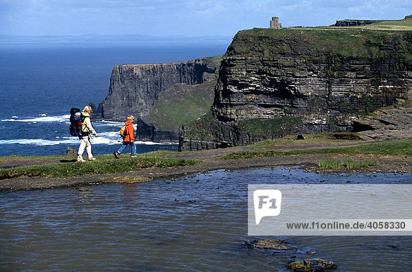 Frau  Kind  Cliffs of Moher  County Clare  Irland  Europa