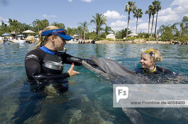 Junge schwimmt mit Delfin (Tursiops truncatus)  Discovery Cove  Orlando  Florida  USA  Nord America