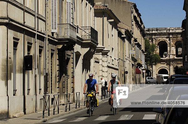 Radfahrer vor der Arena  Antikes Theater von Nîmes  Provence  Frankreich  Europa