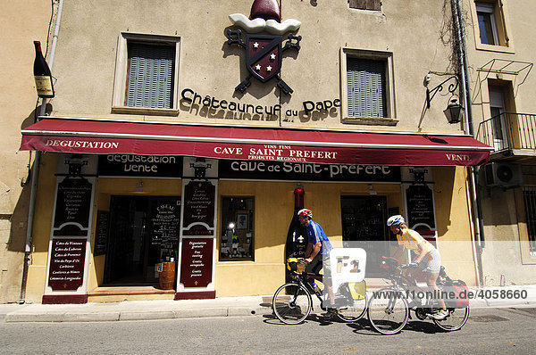 Radfahrer vor Weinkeller in Chauteauneuf du Pape  Provence  Frankreich  Europa