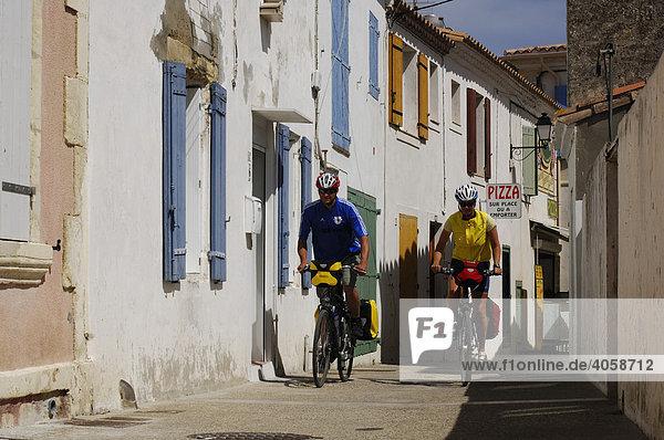 Radfahrer in Saintes Maries de la Mer  La Camargue  Provence  Frankreich  Europa