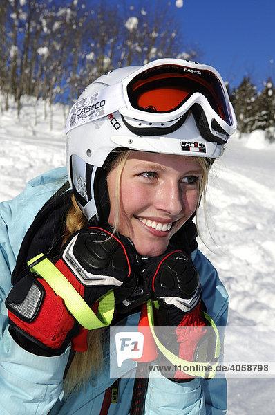 Hübsche Skifahrerin mit Helm