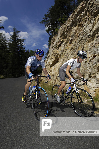 Radfahrer bei Saint Felicien  Ardèche  Rhones-Alpes  Frankreich  Europa
