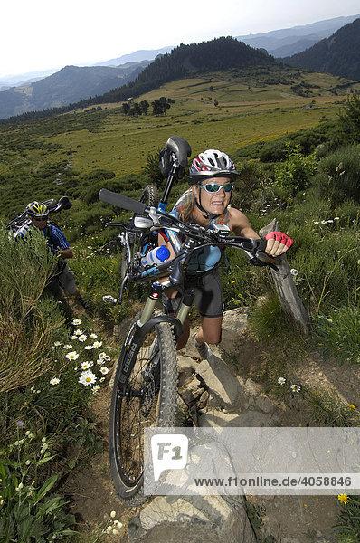 Mountainbikerin bei Medille  Ardèche  Rhones-Alpes  Frankreich  Europa
