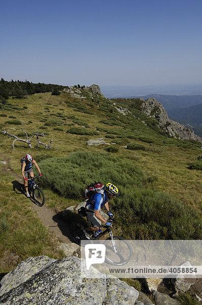 Mountainbiker auf dem Sommet de Mejan  Ardèche  Rhones-Alpes  Frankreich  Europa